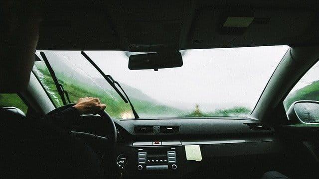chauffeur sous la pluie