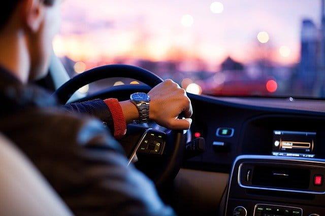 Chauffeur qui conduit