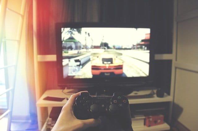 Personne jouant aux jeux vidéos.