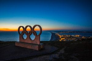 Signe des Jeux Olympique devant la mer.