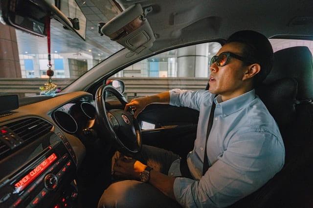 Homme en train de conduire.